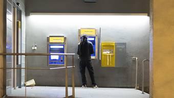 Der 41-Jährige versucht erfolglos mit der gestohlenen Kreditkarte an einem Ticketautomaten zu bezahlen. (Symbolbild)