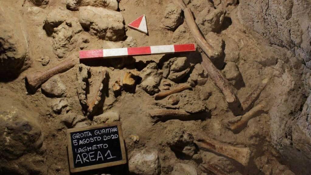 HANDOUT - Blick in die Guattari-Höhle am Circeo-Berg zwischen Rom und Neapel in Italien mit Markierungen von August 2020. Hier haben Wissenschaftler bei neuen Untersuchungen Überreste von weiteren neun Neanderthalern gefunden. Foto: -/Italienisches Kulturministerium/dpa - ACHTUNG: Nur zur redaktionellen Verwendung im Zusammenhang mit einer Berichterstattung über diese Funde und nur mit vollständiger Nennung des vorstehenden Credits