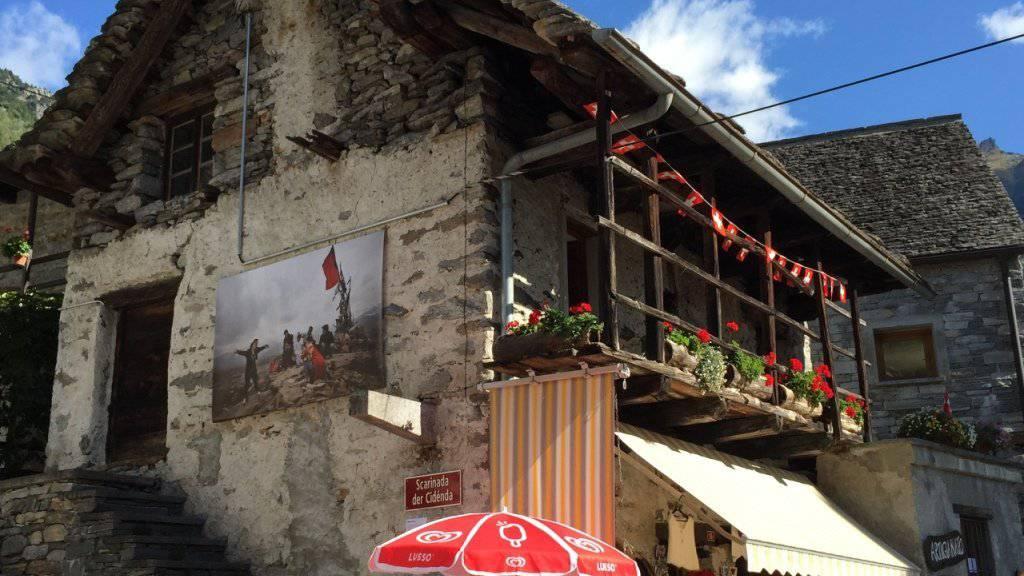 Fotografie trifft auf Rustici. 11 Fotokünstler werden dieses Jahr die Tessiner Steinhäuser in Sonogno mit ihren Werken schmücken.