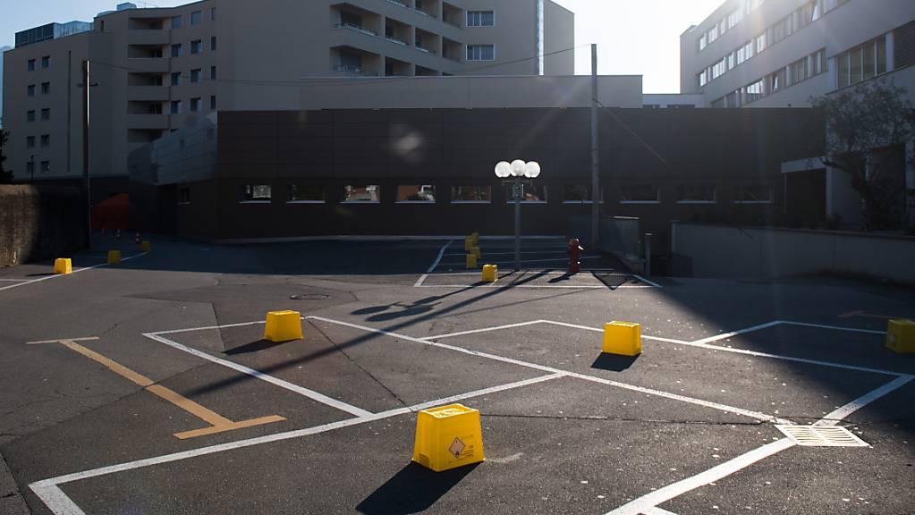 Die Luganeser Privatklinik Moncucco hat eine Abteilung zur Behandlung von Long Covid gegründet. Im Bild: Absperrungen vor der Klinik für Feldzelte des Katastropfenschutzes im März 2020.