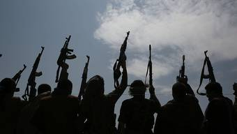 Stammesangehörige, die Verbündete der Huthi-Rebellen sind, halten ihre Waffen in die Höhe. Foto: Hani Mohammed/AP/dpa
