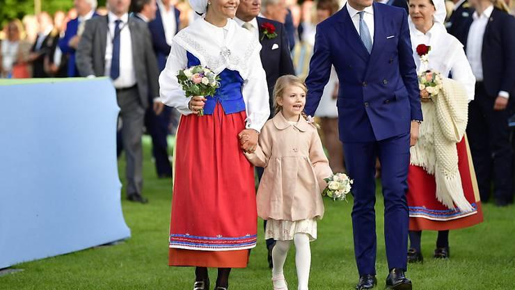Mit grossem Jubel feiern Tausende Menschen den 40. Geburtstag der schwedischen Kronprinzessin Victoria (links). Prinz Daniel (rechts im Anzug) und Tochter Estelle (Mitte) begleiten die Jubilarin.