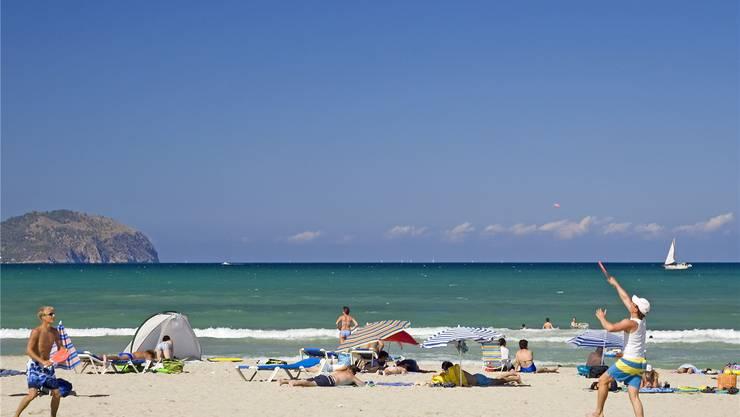 Die Balearen-Insel Mallorca ist ein Dauerbrenner: Die Insel (im Bild der Strand Can Picafort) bleibt eine Hauptdestination für Badeferien. Archiv/AZ