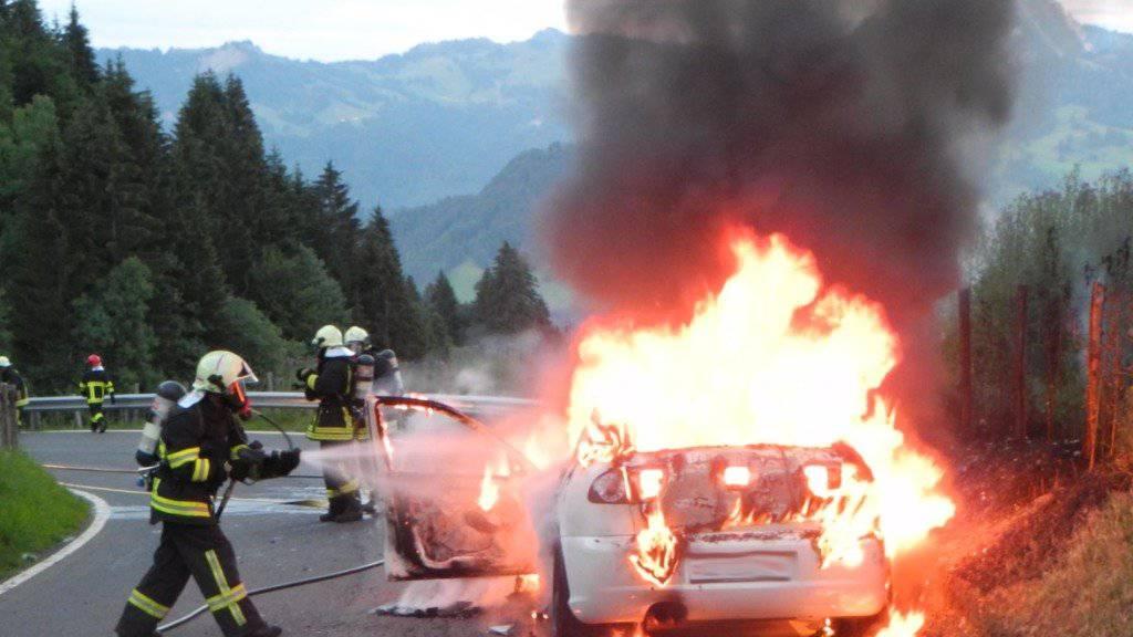 Wohl ein technischer Defekt führte zum Brand dieses Autos auf der Satteleggstrasse in Vorderthal SZ.