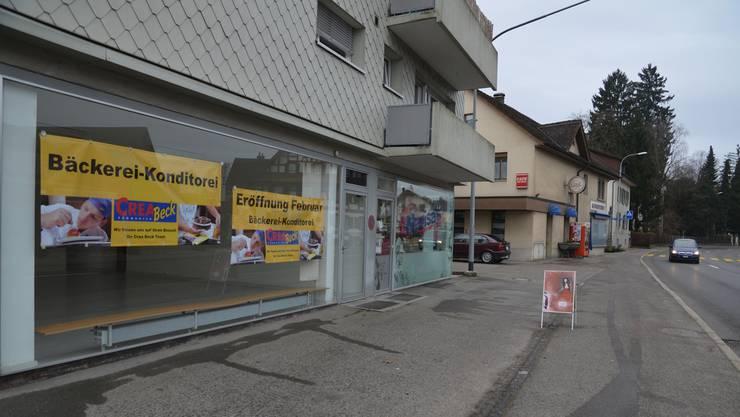 Plakate machen im Schaufenster des ehemaligen Bettwarengeschäftes darauf aufmerksam, dass es hier bald nach frischem Brot duften wird.