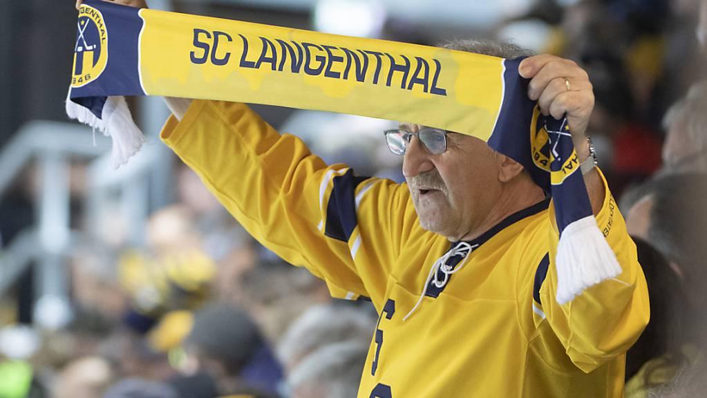 Ein Fan des SC Langenthal, dem neuen Leader in der Swiss League