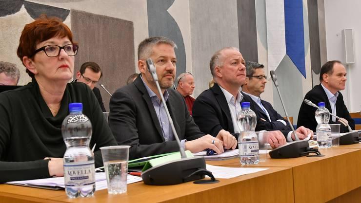 Der Oltner Stadtrat der Legislatur 2013 bis 2017 geschlossen im Gemeindeparlament: (v.l) Iris Schelbert, Thomas Marbet, Martin Wey, Benvenuto Savoldelli, Peter Schafer.