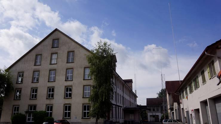 Das Hochhaus wird nun nicht so hoch, wie es ausgesteckt wurde (Mast im Hintergrund).
