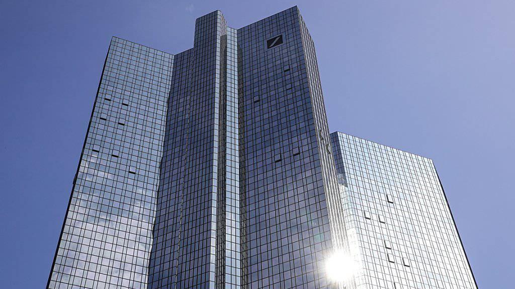 Umbau reisst Deutsche Bank noch tiefer in Verlustzone