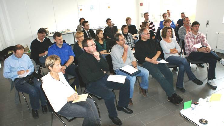 Mitarbeitende der Stadtverwaltung Rheinfelden werden gruppenweise mit Energiethemen vertraut gemacht. (Bild: ach)