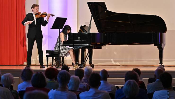 Claire Huangci am Flügel und Violonist Sebastian Bohren im Stadttheater.