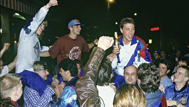 Ørjan Berg, Massimo Ceccaroni und Martin Jeitziner (v.l.n.r.) feiern nach dem gelungenen Aufstieg in Mitten der Fans auf dem Barfi.