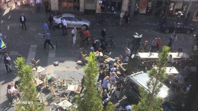 Münster: Kleinlaster fährt in sitzende Gruppe von Menschen