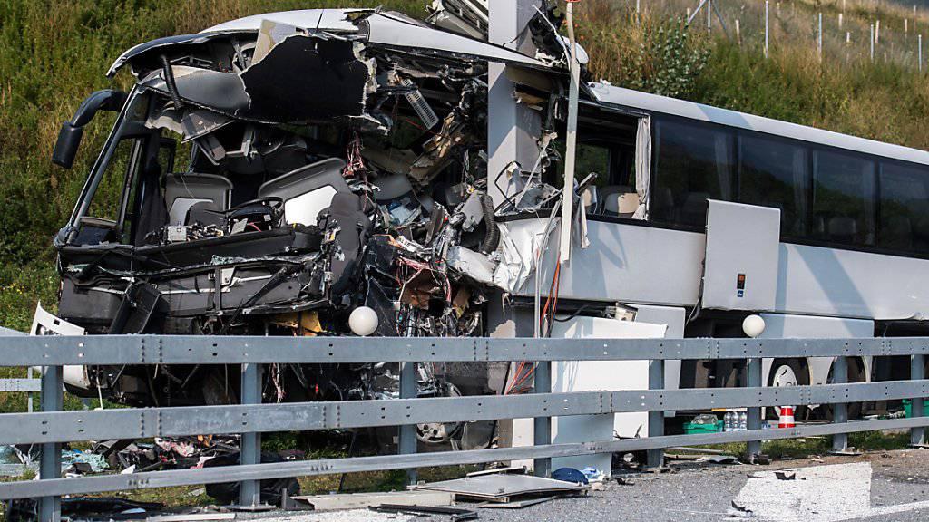 Auf der A2 bei Sigirino, wenige Kilometer nördlich von Lugano, in einen Pfosten geprallt: Eine Frau stirbt, 14 weitere Menschen werden verletzt.