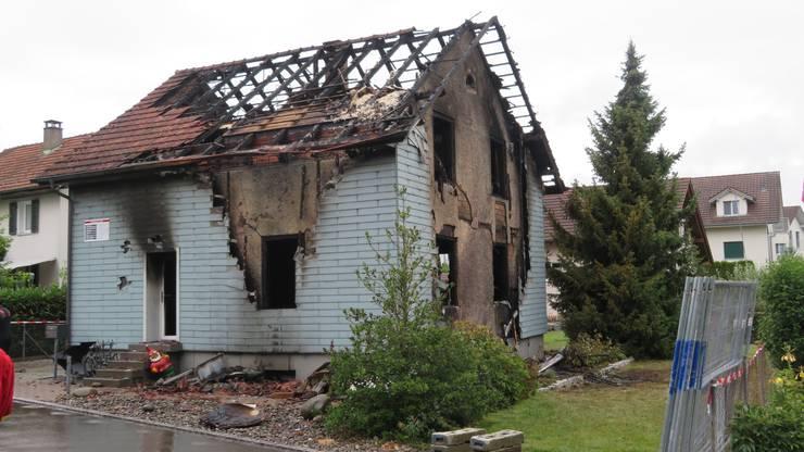 Am Morgen danach bot sich ein Bild der Zerstörung bei der Brandruine.