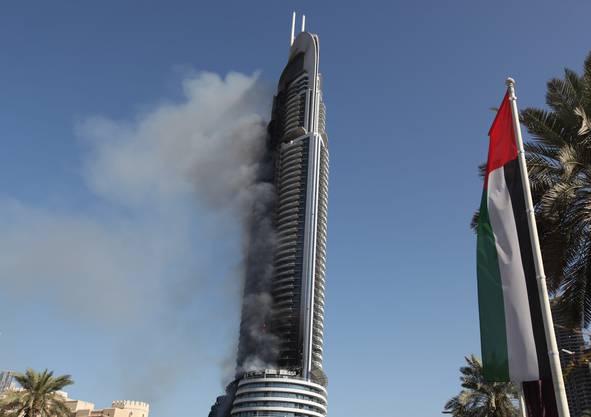 Am Neujahrsmorgen raucht der Wolkenkratzer noch stark.