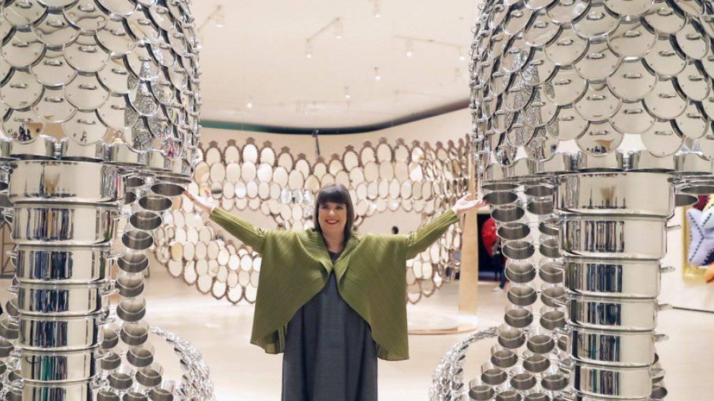Eines ihrer Kunstwerke ist grösser als das andere: Das Guggenheim-Museum in Bilbao widmet der portugiesischen Künstlerin Joana Vasconcelos - hier zwischen ihren Pfannen-Pumps - ihre erste Werkschau.