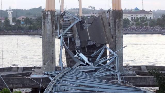Die eingestürzte Brücke über den Fluss Mahakam