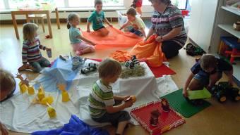 «Wir spielen Zoo»: Kinder und Betreuerin in der Kita des Kantonsspitals Baden freuen sich.