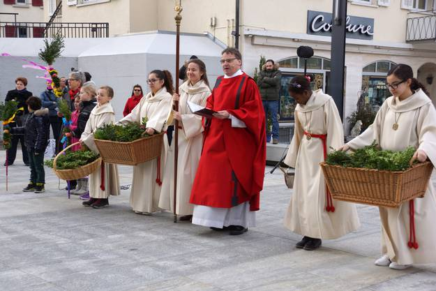 Pfarrer Kurt Vogt segnete die Palmzweige vor der Kirche