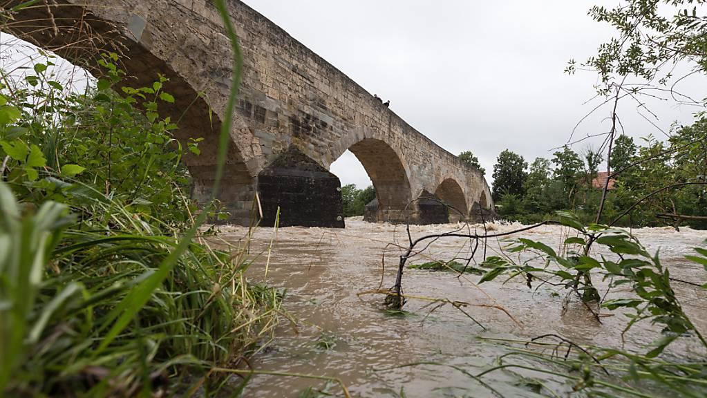Starke Regenfälle haben die Pegelstände der Flüsse in den Kantonen Thurgau und St. Gallen anschwellen lassen. Im Bild die Thur bei Bischofszell TG. (Archivbild)