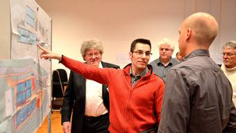 Der Birmensdorfer Gesundheitsvorstand Ringo Keller (SVP) (links) und Samuel Twerenbold vom Ingenieurbüro Hunziker Betatech AG  (3.v.l.) diskutieren mit einem Besucher der Informationsveranstaltung zur Kläranlage Birmensdorf über technische Details.