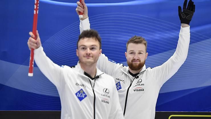 Skip Yannick Schwaller (rechts) und die Nummer 3 Michael Brunner, hier nach dem Halbfinal-Sieg gegen Dänemark