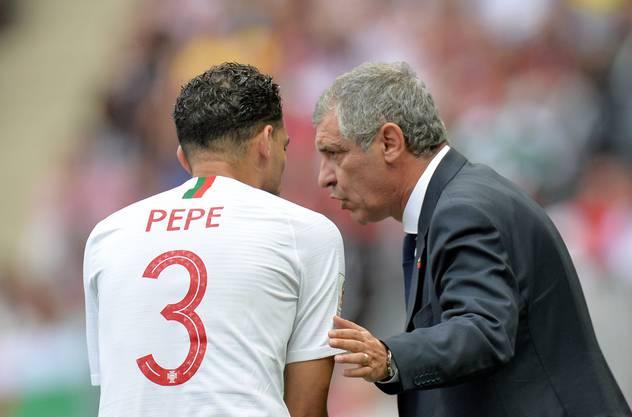 Portugals Verteidiger Pepe (l.) erhält letzte Anweisungen, bevor er eingewechselt wird.