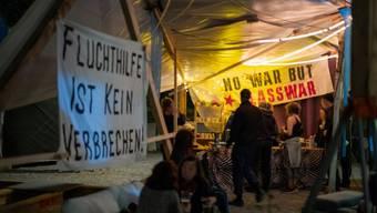 Mit der Asylgesetzrevision würden geflüchtete Menschen systematisch isoliert und eingesperrt werden, sagen die Aktivisten.
