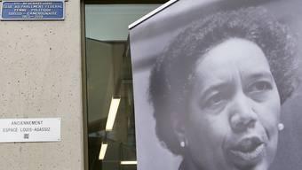 Mit der Umbenennung des Platzes ehrt Neuenburg Tilo Frey, eine der ersten Frauen im Nationalrat. Die Tochter eines Schweizers und einer Kamerunerin setzte sie sich besonders für die Entwicklungszusammenarbeit und Frauenanliegen ein.