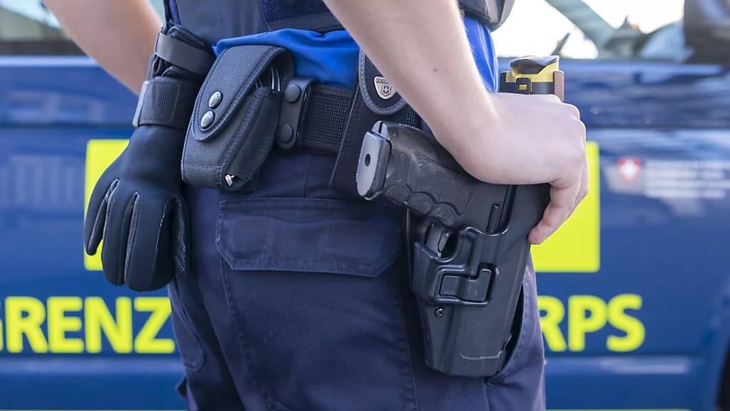 Zwei Männer, die im Kanton Zug eingebrochen sein sollen, sind vom Grenzwachtkorps in St. Margrethen festgenommen worden. (Symbolbild).