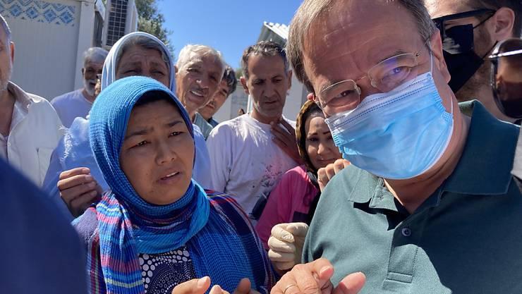 Armin Laschet (r, CDU), Ministerpräsident von Nordrhein-Westfalen, besucht das Flüchtlingslager Kara Tepe auf der griechischen Insel Lesbos. Foto: Dorothea Hülsmeier/dpa