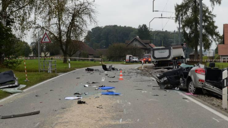 Das Auto und der Lastwagen stiessen am Donnerstagmorgen zwischen Baldegg und Gelfingen im Kanton Luzern zusammen. Das Trassee der Seetalbahn war danach stundenlang blockiert.