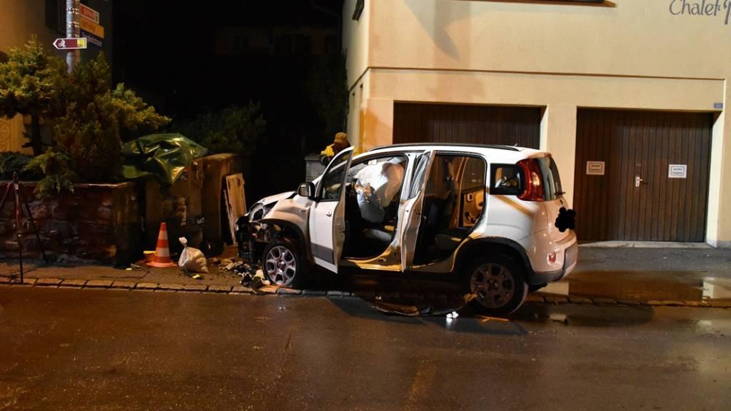 Auto kollidiert mit Hydrant und Stromverteilkasten