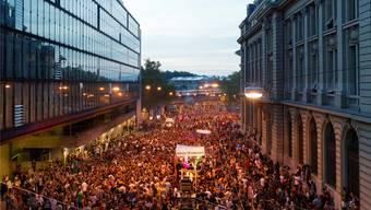 Die Jugend im Jahre 2012 sucht ihr Glück beim Tanz durch die Berner Altstadt. Ohne Bewilligung.