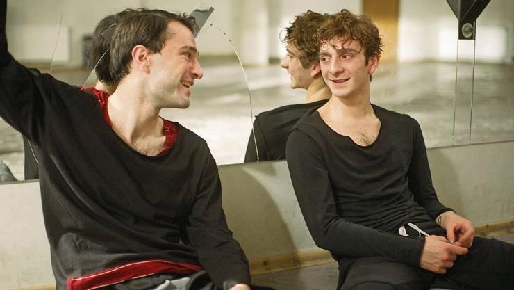 Kommen sich nicht nur beruflich näher: Levan Gelbakhiani als Tänzer Merab und sein Konkurrent Irakli (Bachi Valishvili).