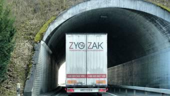 In Frick verlassen viele internationale Transporteure die Autobahn und fahren aus Kostengründen über die Staffelegg.