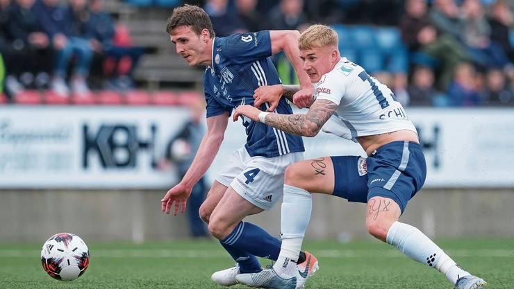 FCL-Mittelfeldspieler Marvin Schulz (links) ist Deni Pavlovic von Klaksvik einen Schritt voraus. Bild: Martin Meienberger/Freshfocus (Toftir, 1. August 2019)