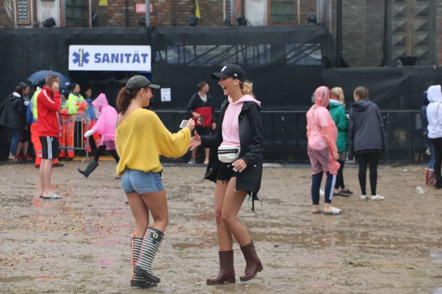 Ausgerüstet mit Gummistiefel und guter Laune stört der Regen kaum - man beachte auch die Adiletten rechts und links im Hintergrund. (Bild: FM1Today/NinaMüller)