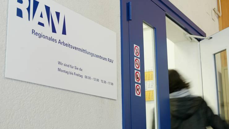 Die regionalen Arbeitsvermittlungszentren (RAV) zählen fast 500 Arbeitslose weniger als noch im Vormonat. (Symbolbild)