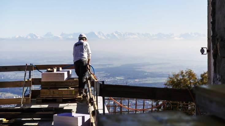 Bei guter Witterung wohl die schönste Baustelle des Kantons Solothurn. In der Bildmitte im Hintergrund: Eiger, Mönch und Jungfrau.