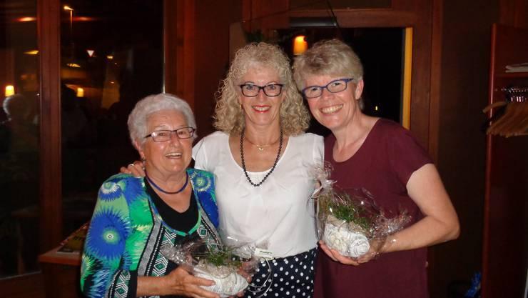 """Erfreulich hingegen ist, dass unsere Präsidentin Myrta Meister (Bildmitte) Brigitt von Arx zum 20. jährigen (rechts im Bild), Helena Stuber (nicht auf dem Bild) zum 35. sowie auch Heidi Uehlinger (links im Bild) zum 40. jährigen Jubiläum mit einem kleinen """"Dankeschön"""" gratulie- ren durfte."""