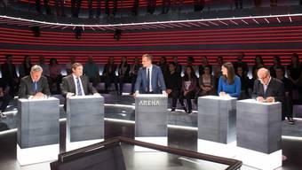Die im Dunkeln sieht man nicht, nämlich die einfachen Bürger in der «Arena». Umsomehr aber die Politiker: Adrian Amstutz (v. l.), Jokob Büchler, Moderator Jonas Projer, Tiana Angelina Moser und Jean Ziegler.