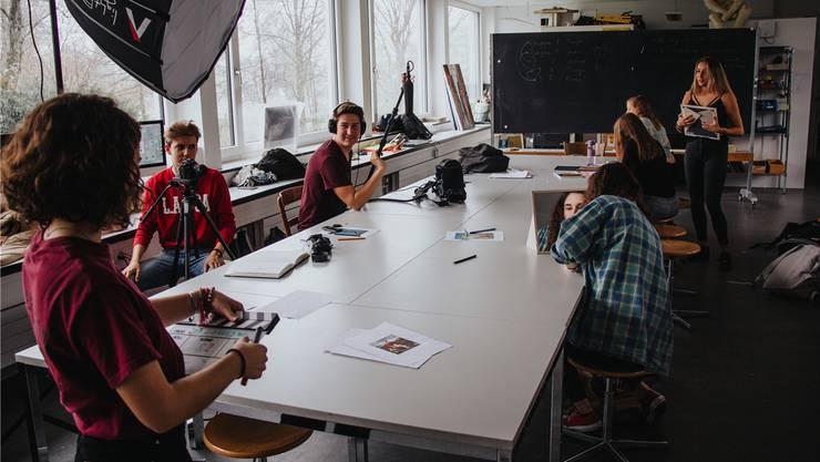Einer der Drehorte war ein Kunstzimmer der Kanti Wohlen, wo Regisseurin Hannah Dobbertin (vorne links) und ihre Crew eine Schlüsselszene drehten.