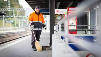 «Ich weiss nie, was ich an einem Bahnhof antreffe»: Ali Parlak auf seiner Putztour, fotografiert im Bahnhof Turgi.