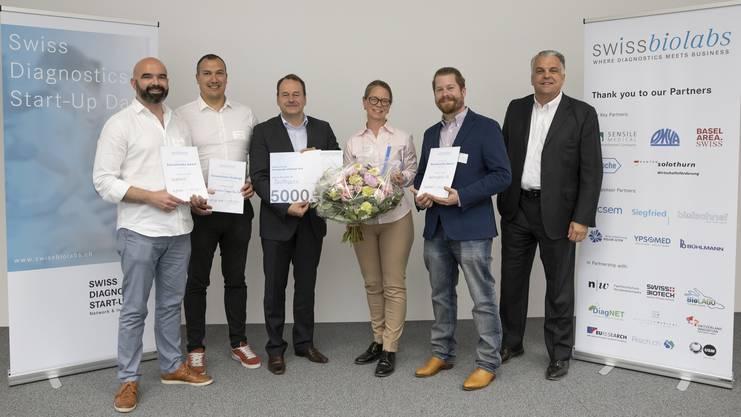 Von links: Platz 2. Marc Moghbel und Dr. Karim Brandt (Endotelix, 2. Platz), Dirk Schneider, Präsident Förderverein Swissbiolabs, Dr. Anna Fahlgren (BioReperia, 1. Platz), Dr. Christian Vogler (Advancience AG; 3. Platz), Derek Brandt, CEO Sensile Medical und Jury-Präsident