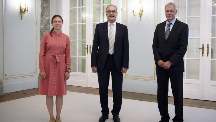 Guy Parmelin mit Preisträgern: Latsis-Gewinnerin Maryna Viazovska und Marcel Benoist-Gewinner Rudolf Aebersold (r.) am Montag in Bern.
