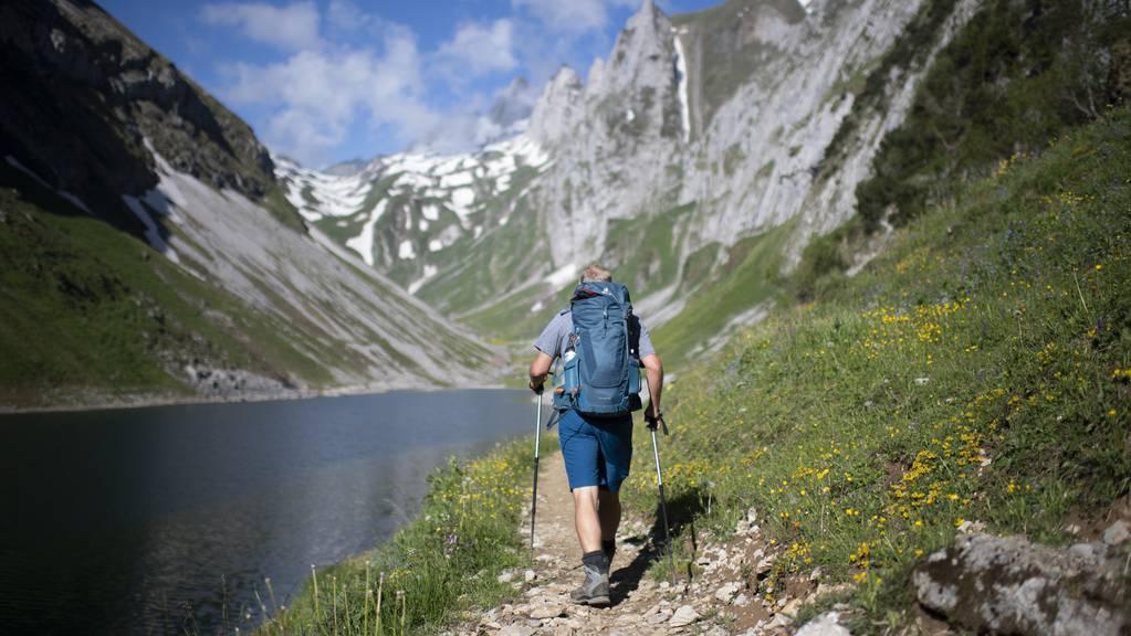 Ein Wanderer beim Fählensee im Alpstein, aufgenommen am Samstag, 30. Mai 2020.