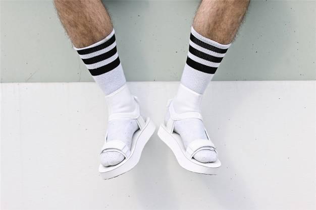 Nur kombiniert mit weissen Socken gelten sie als modisch: Sandalen im Stil der Teva-Touristenschlappen.