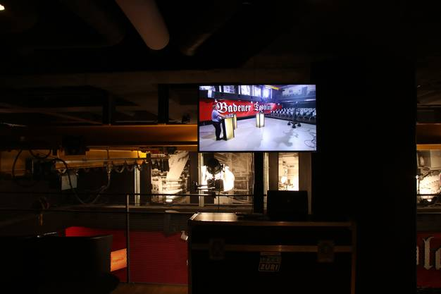 Im oberen Stock kann das Geschehen auf Bildschirmen verfolgt werden.